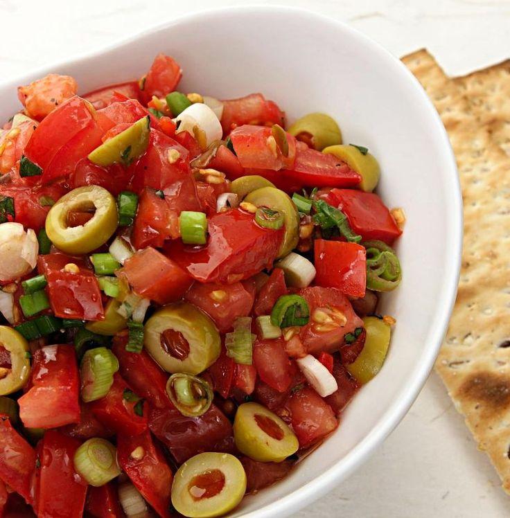 Помидоры черри с каперсами и кинзой https://foodmag.me/pomidory-cherri-s-kinzoj  Время приготовления: 15 мин. Сложность приготовления: Очень просто Количество порций: 8 Количество ингредиентов: 8  Ингредиенты: 1 большой пучок (50 г) кинзы. 1 небольшой пучок шнитт-лука. 600 г помидоров черри . 3–4 ст. л. каперсов. бальзамический соус. оливковое масло. соль. черный перец,.  Этапы приготовления: Очень мелко нарежьте шнитт-лук. Оборвите листочки с кинзы. Если каперсы крупные, разрежьте их на 3…