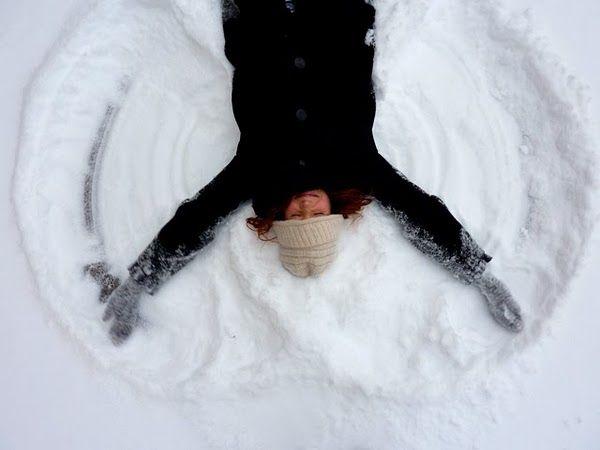 """""""Quand'è stata l'ultima volta che mi sono sdraiata sulla neve agitando gambe e braccia per disegnare un  angelo, o che ho sentito sulla pelle i suoi fiocchi impalpabili?  Guardo la finestra con nostalgia. È lei la mia sola compagna, la mia unica fonte di distrazione.""""  Melissa Hill, IL BRACCIALETTO DELLA FELICITÀ"""