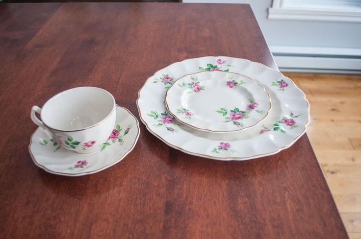 4 ensembles de vaisselle Old Chelsea - Johnson Bros, couleur blanche avec dessins de rose vintage/Mid Century de la boutique 3rvintages sur Etsy