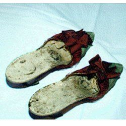 Descrizione : Pantofole in seta verde con arricciature e fiocco ruggine; tacco in pelle. Sigillo del Castello Reale di Pompadour. 1770 francia