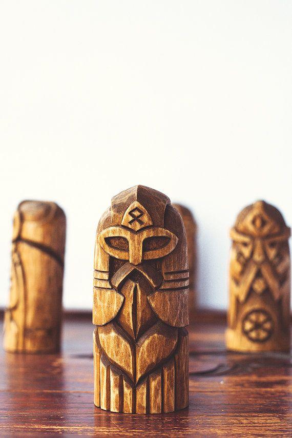 Statuette en bois de handcarved Odin. Odin est lun des personnages plus complexes et énigmatiques dans la mythologie nordique et peut-être dans