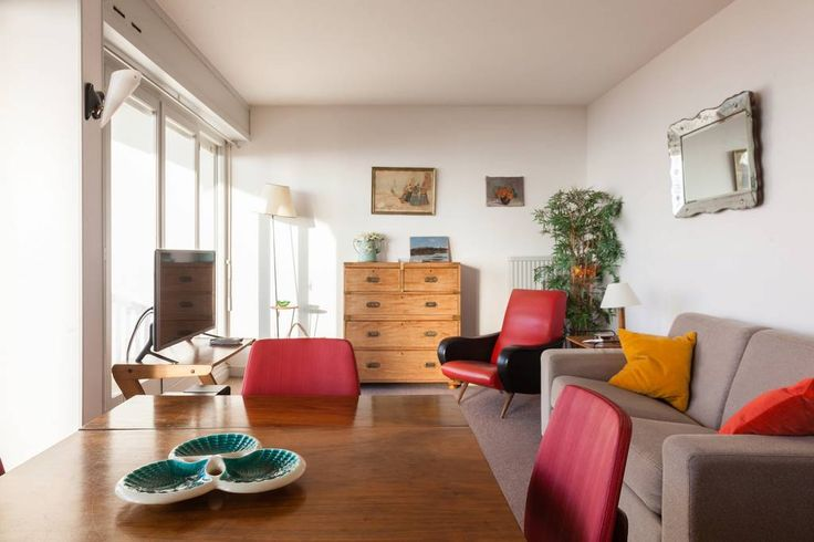 Appartement in Trouville-sur-Mer, Frankrijk. I rent an apartment  of 55 m2 located in Trouville Sur Mer which consists of a living room opening onto a large balcony with sea view, a bedroom with twin beds that can be joined, a beautiful kitchen and a spacious bathroom.    We are at the third...