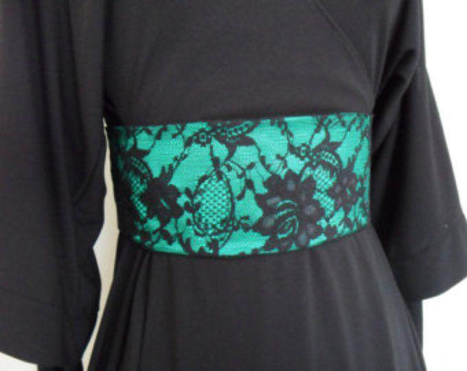 Dit is een mooie en vrouwelijke wijde riem, geïnspireerd door de obi-gordel en corset gordel, dat zou een geweldige aanvulling op je garderobe voorjaar. Zou er goed uitzien op een van uw jurkjes of topjes voor een datum, huwelijk of night out. Het zou de perfecte match voor uw andere vrij roze accessoires.  De gordel van de stof is vier inch breed en iets kleiner dan uw taille meting naar cinch in uw taille voor een flatterende silhouet is gemaakt. Het is gemaakt van een hoge kwaliteit steeg…