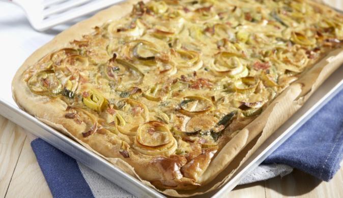 Der Klassiker Zwiebelkuchen mit Lauch und gekochtem Schinken macht auch als Partysnack eine gute Figur
