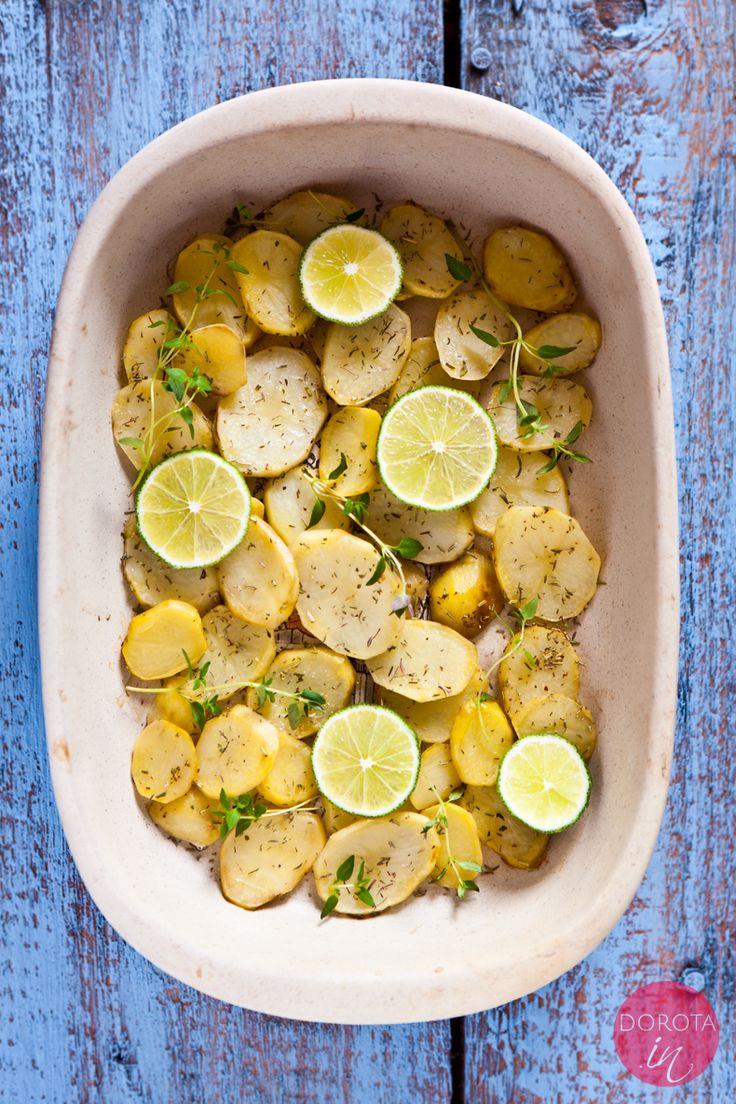 Najlepsze pieczone ziemniaki pod słońcem <3. Z rozmarynem lub tymiankiem, odrobiną soli i limonką albo cytryną do smaku. http://DOROTA.iN/pieczone-ziemniaki/ #food #kuchnia #przepis #ziemniaki