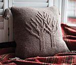 Вязаная спицами подушка Entwined trees от алисон Ховард