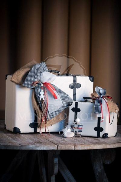 Βαλίτσα βάπτισης για αγόρι με λινάτσα, καρό ύφασμα και διακοσμητικό μεταλλικό αγοράκι