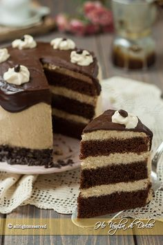 Torta al caffè e cioccolato farcita con una golosa crema al mascarpone e caffè. Un dolce a più strati perfetto per compleanni, pausa golosa. Ricetta facile