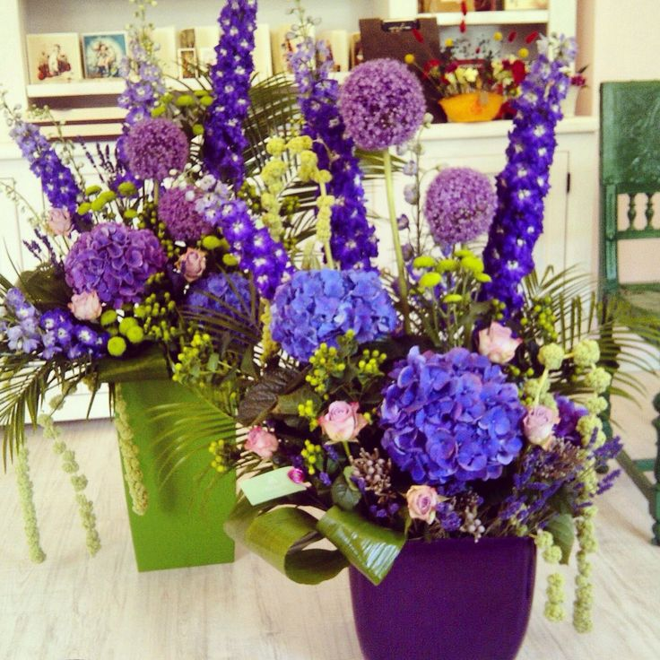 Purple flowers designs for a corporate event by Atelier Floristic Aleksandra
