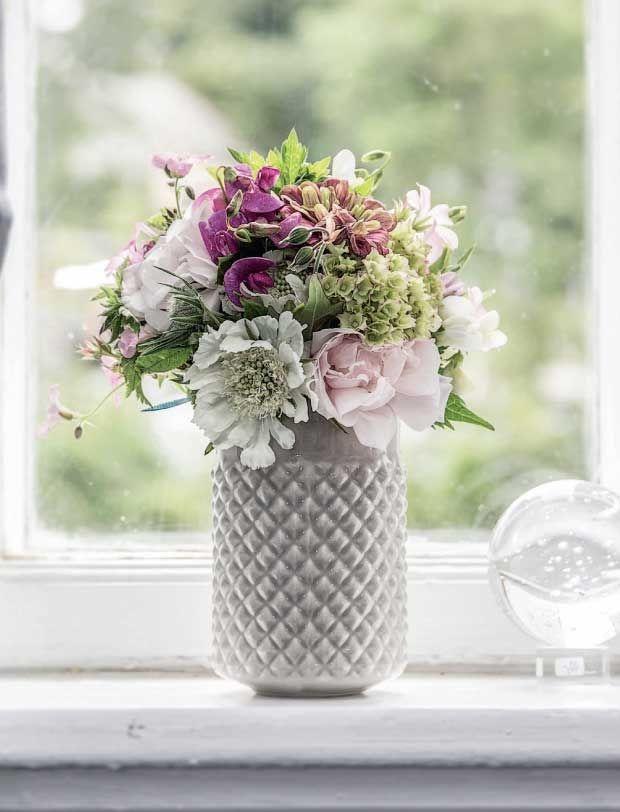 Haven og naturen sprudler af smukke blomster på denne årstid. Både de vilde, der gror i grøftekanter og som ukrudt, og de dyrkede, der vandes og plejes. Brug dem til at lave smukke dekorationer i dit hjem. Her får du 3 smukke bud