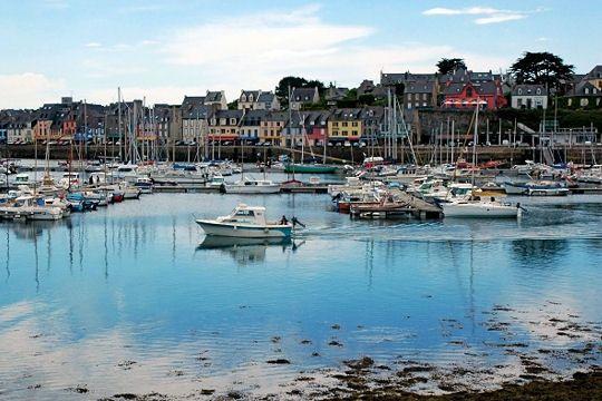 A 80 km de Brest et à 65 km de Quimper, à l'extrême ouest de la Presqu'île de Crozon, le port de Camaret-sur-Mer fut jusqu'à la moitié du XXe siècle un port de pêche très important. Brittany (France)
