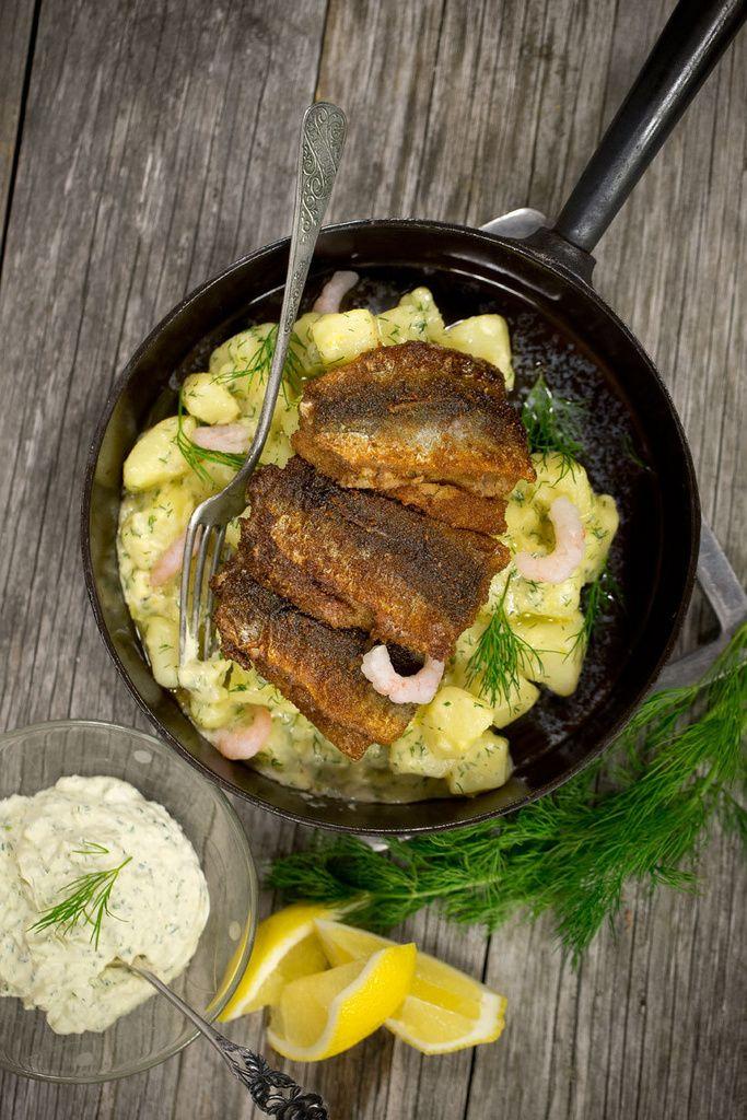 Silakkapihvit, pottumuusi ja suolakurkku on oikein suomalainen ruoka.