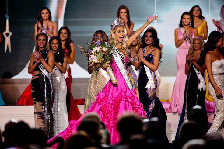 Η Μις Οκλαχόμα Ολίβια Τζόρνταν πανηγυρίζει την εκλογή της ως Μις ΗΠΑ 2015 κατά τη διάρκεια των Αμερικανικών καλλιστείων στο Μπατόν Ρουζ της Λουιζιάνας.