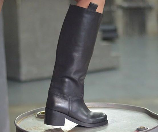 Черные сапоги с прямым высоким голенищем