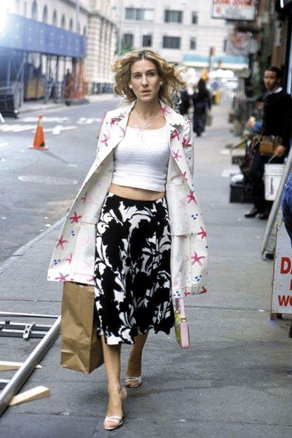 Carrie Bradshaw usa mix de estampas combinando saia midi floral + overcoat estampado.