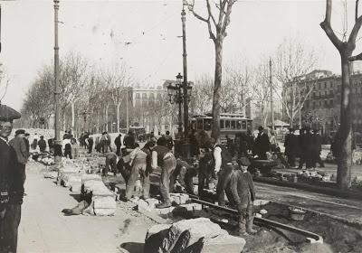 Gran Via. Empedrando  Frederic Ballell  1906.  Arxiu Fotogràfic de Barcelona.
