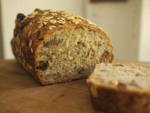 Pan integral de avena, pasas y nueces