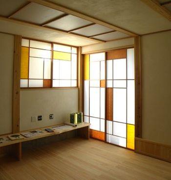 障子の桟を少しデザインするだけで、ステンドグラスのようなモダンな扉に変身。日の当たる部屋に取り入れたらキレイです。