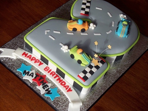 Racetrack cake for boys.  Would love this for my baby's 2nd birthday!