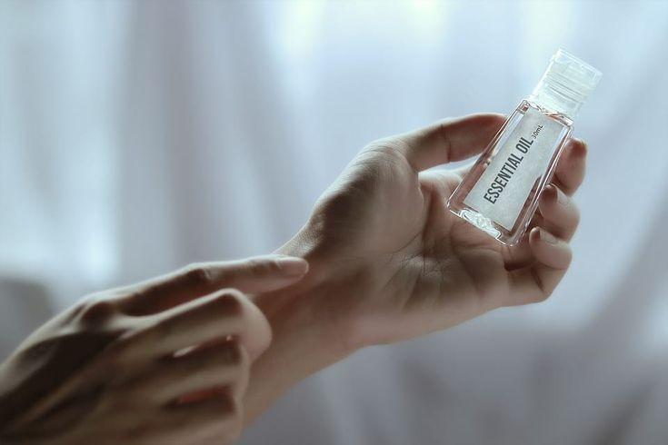 La mayoría de los champús que se comercializan hoy díatienen multitud de sustancias químicas que para un consumidor común son indescifrables. Es difícil saber la función de cada uno de esos componentesaunque si buscas en internet puedes ir descifrándolos poco a poco. Cómo a nosotros nos gustan las productos naturalescompartimos una receta para poder hacer nuestro propio champú casero.  Ingredientes.  1 barra de jabón de Castilla (100 g). El término jabón de Castilla es un nombre genérico…