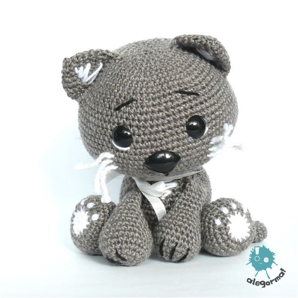 ADORABLE cat amigurumi.  I can't read the site, so I don't know if there is a crochet pattern- but I LOVE this.