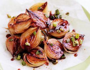 Ingredientes 6 cebolas pequenas, com casca 1 ou 2 colheres (sopa) de azeite de oliva 1 colher (sopa) de vinagre balsâmico 2 colheres (sopa) de açúcar refinado 1/4 de xícara de caldo de legumes 5 ramin