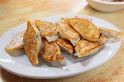 ここは「餃子館」という名前をつけるほど、餃子の種類が豊富なお店です。山東省出身の創業者が餃子一筋に販売していたのが始まりで、今では餃子以外にも炒め物や麺、スープ、鍋などいろんなメニューがそろっています。店内は綺麗で高級感がありますが、いたって良心的な価格。焼き餃子、ゆで餃子、蒸餃子、あらゆる餃子の味をご堪能ください。