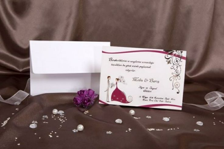 Invitatie de nunta romantica, in nuante de alb si mov, cu miri.