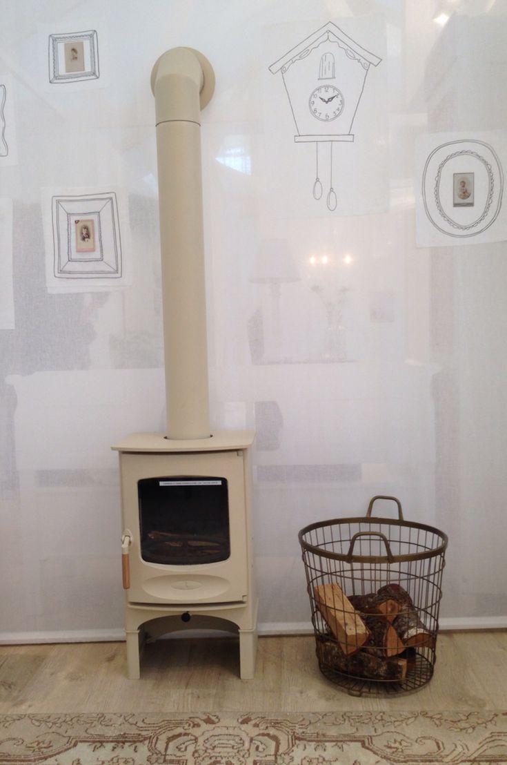 Dit is een leuke voor in huis  Houtkachel van Fero  Merk: Charnwood  Model: C-four  Uitvoering: ivoorkleurig + sokkel  fero.be