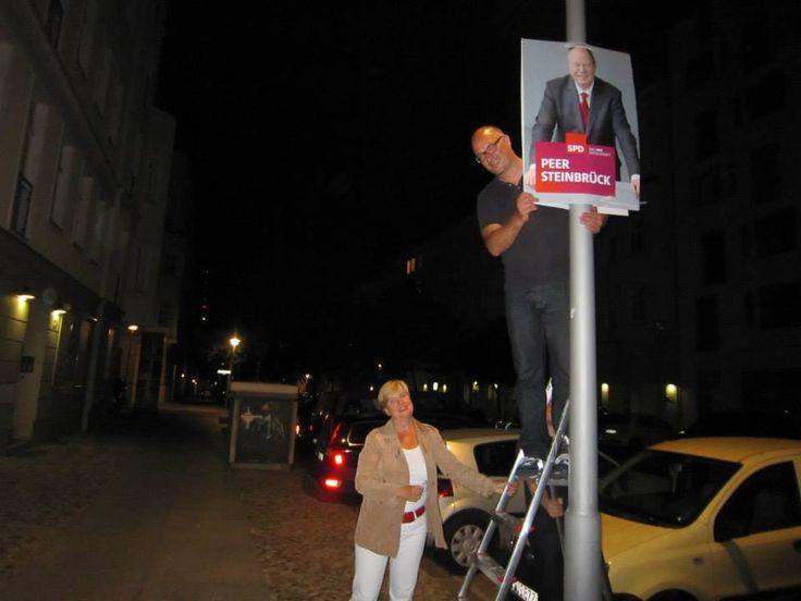 SPD Berlin/  Sieben Wochen vor der Wahl hängen die Wahlkämpferinnen und Wahlkämpfer der SPD Berlin überall in der Stadt die Wahlplakate auf. — Plakatierung im Bundestagswahlkampf 2013 (4 Fotos) https://www.facebook.com/photo.php?fbid=583513665033882=a.583513515033897.1073741830.134137749971478=1