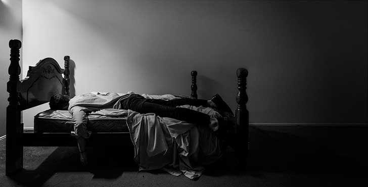 Este fotógrafo documenta su depresión en unos oscuros y melancólicos…