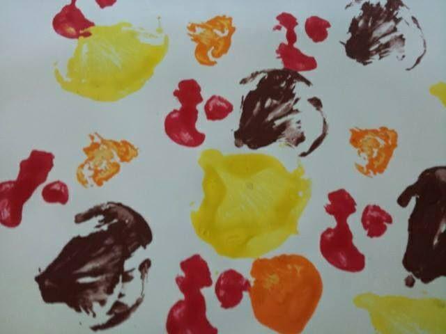 """Estampar bolets (gírgoles i xampinyons tallats per la meitat) amb els colors de la tardor. Per acabar, hi vaig enganxar el títol: """"Sóc un bolet molt petitó"""" Imatge cedida per la Lola Mardefru"""