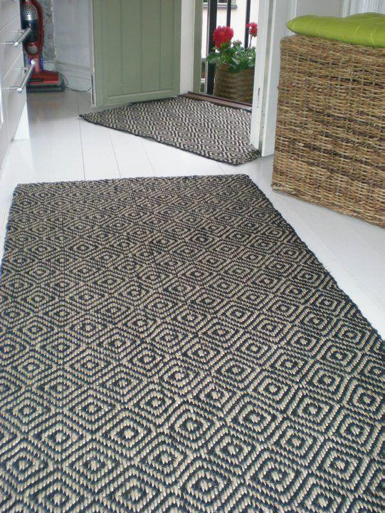 Deco formgivning tillverkar mattor i naturmaterial i södra Indien sedan 15 år tillbaka. All produktion, vävning och design sker i nära samarbete med produc