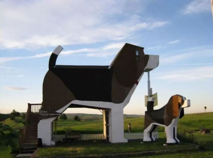 Forget fancy hotels and spas, because any true dog-fanatic will be super excited to spend a night at Dog Park Bark, a beagle-shaped B&B located in Cottonwood in rural Idaho.