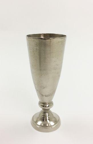 Flott og rustikk Alexandria vase. Varen er produsert i formstøpt, nikkelbelagt aluminium.  Obs: Varen er ikke vanntett.  Mål: Høyde 44 cm Ø bunn 15 cm Ø topp 18 cm  Materiale: Nikkelbelagt aluminium  Varenummer: 550471