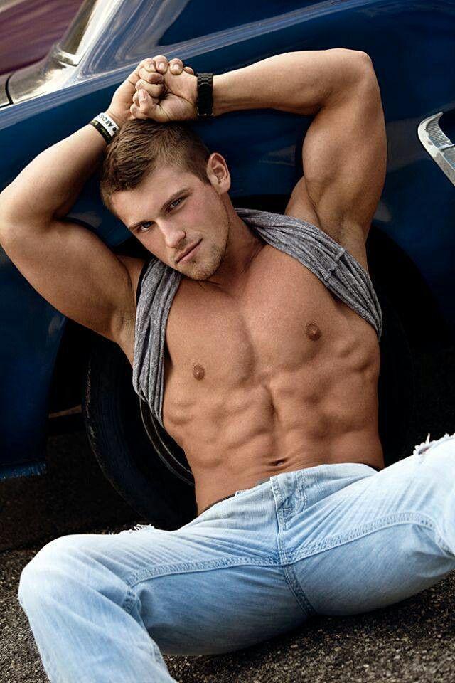 Hombres calientes desnudos besándose