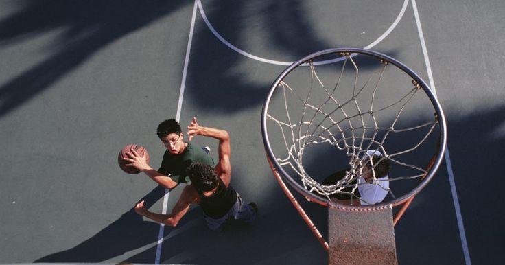 Como pintar uma quadra de basquete. Ter uma quadra de basquete em sua garagem ou no seu quintal é ótimo, mas quando as linhas estão pintadas de forma autêntica, torna-se ainda melhor. Pintar uma quadra de basquete é relativamente fácil: a maior parte são linhas retas e apenas um par de arcos.