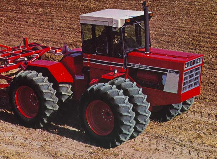 4586... mean looking tractor.300hp International 4586.During the 1970s & up until 1982 John Deere was lacking a 300hp 4WD of this size but the 8630& 8640 was not enough