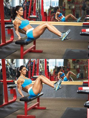 Leg raise and crunch with a dumbbell between the feet: balance + strength = healthy abs!