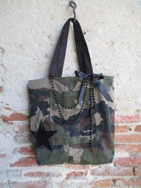 Sac cabas en toile militaire motifs camouflage recyclée doublée coton noir perles et ruban : Sacs à main par les-voilages-de-caroline