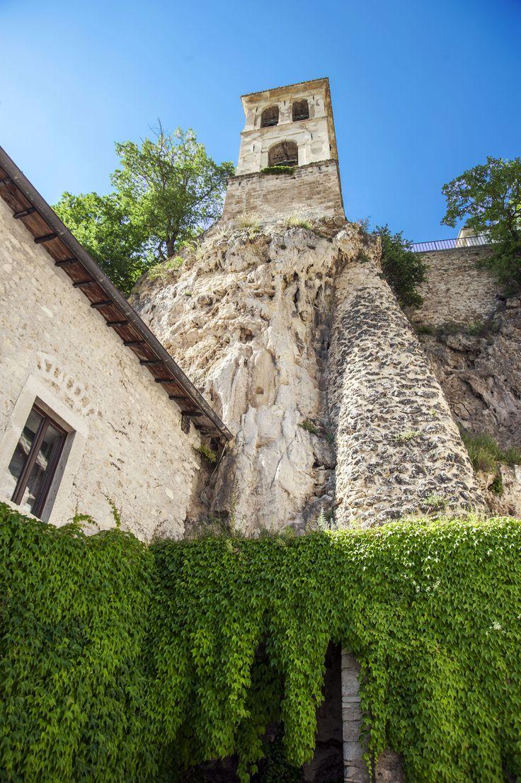 L`Abbazia di Sant`Eutizio, nel Comune di Preci, si presenta ferrigna e chiusa come un castello, immersa nello scenario della montagna appenninica... http://www.lavalnerina.it/luoghi/79/Ab
