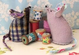 Free pattern: Mouse pincushion: Adorable Mouse, Sewing, Pincushions Patterns, Mouse Pincushions, Pin Cushions, Pincushions Mice, Free Pincushions, Pigs Pincushions, Free Patterns
