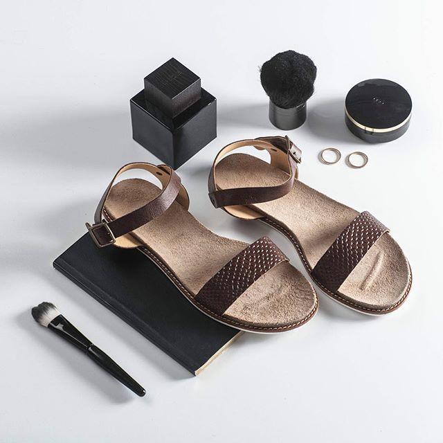 Minimalistyczne, czekoladowe sandałki świetnie sprawdzą się w podróży, ponieważ pasują do wielu stylizacji! 👌🏻🍫 🔎: D340-173-STM #shoes #lankars #lankarsshoes #lanckorona #cracow #shoesinsta #shoestagram #instastyle #instashoes #instafashion #instagood #fashioninsta #feminine #sandals #summer #brown #black #flatlay #minimalism #love #loveshoes #beautiful #leather #quality