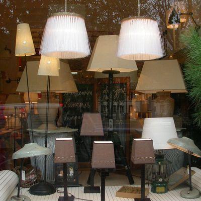 Lampes en cuir avec abat-jour trapèze ajourés ligne.