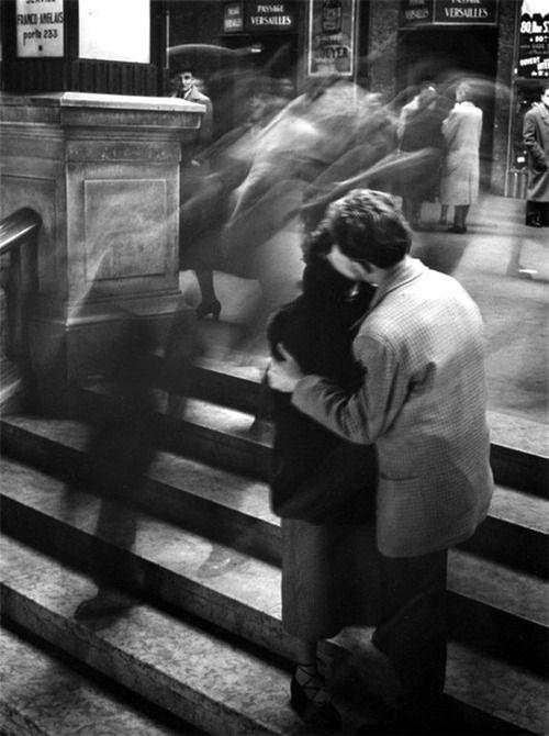 Paris 1950, le monde s'arrête pour un baiser...