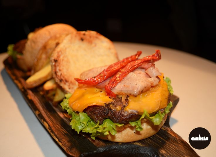 #PicadaCB Dúo de Hamburguesas: 200 g de carne + quesos azul y cheddar + cebolla caramelizada + panceta crocante + tomates confitados