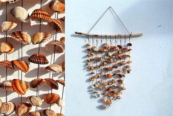 Sea Shell Wind Chime / / Cette liste est pour un carillon de vent de coquille de mer à la main. Fait de bois flotté, coquillages de mer coque coeur grec, poterie de mer lisse blanc et verre véritable de la mer. NOTE : Carillon de vent mesure 15,7 x 17.7 / 40cm x 45 cm ******************************************* Merci de visiter CreteDriftwood ! www.etsy.com/shop/CreteDriftwood