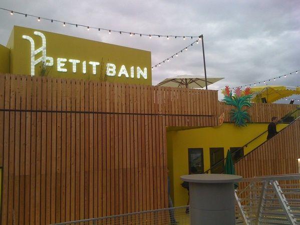 Ouvert depuis l'été 2011 et déjà sur toutes les lèvres, il fallait aller tester le concept du Petit Bain : mi-bâtiment, mi-péniche faceaupalais omnisports deBercy, c'est le nouveau lieu c...