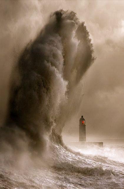 Cada dia serà la ola que intente derribar mi alma,cuantos envistes soportara antes de derrumbarse por completo!