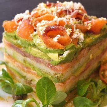Milhojas de salmón, aguacate y patata.   25 Recetas de divinas ensaladas que vas a querer hacer durante todo el año
